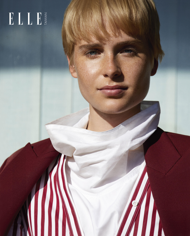 紅色翻領外套、紅白條紋洋裝(BOTH BY ALEXANDER MCQUEEN);白色高領上衣(SOFIE D'HOORE)。