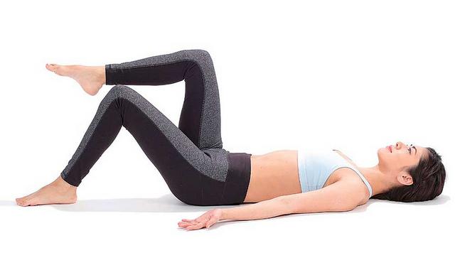 曲膝抬腿瘦小腹:單腳分別抬高,以減輕負荷