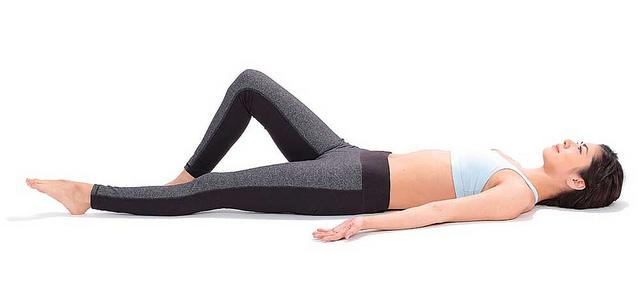 曲膝抬腿瘦小腹:增加與地板接觸的面積,穩定身體