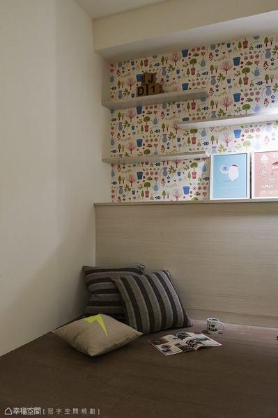 童趣的壁紙為空間主角,展示層架與收納櫃體推開架高床與梁的重疊,簡單的收納與機能配置,保有為未來調整的彈性。