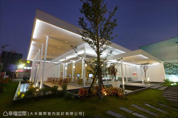 以橫向的屋頂、穿透是的隔間,處造出高高低低的懸浮構造。
