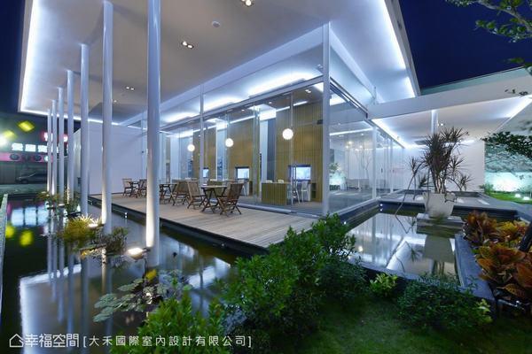 大面積的玻璃運用,室內光影倒映在室外的水面上,創造趣味光感。