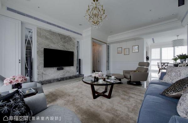 客廳電視主牆以深淺雙色大理石表現空間的大器與穩定感,兩側以雙弧線玻璃隔屏傳遞美式風的經典語彙,隱約穿透後方的書房,讓居宅充滿精緻內斂的奢華氣息。