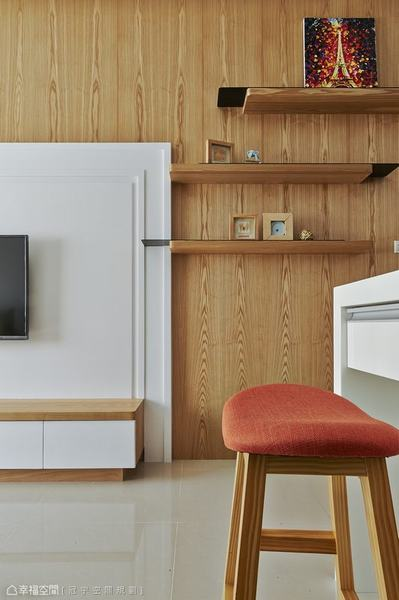 以薄件與木層錯層堆構的展示層架,局部嵌入電視牆中,不規則的造型規劃,在縱橫為主的線條語彙中,營造斜向的視覺趣味。