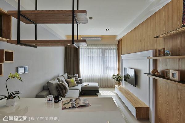 在木質之外空間基地,以日光為主角,以灰階表現立面與軟件的層次,搭上局部跳色與條紋抱枕,調和空間優雅淡然的安定感。