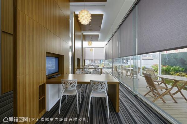 大片採光的窗前段落,以木質由天花至桌面劃出獨立的訪談段落。