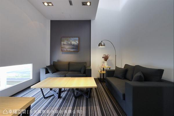 延續線性元素,簡約俐落的VIP室配置舒適隱蔽的商談空間。