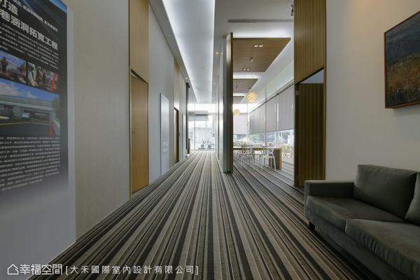 由底端的實品屋望向入口,右側為VIP室與洽談區,左側櫃台後方則為辦公室與投影放映介紹。