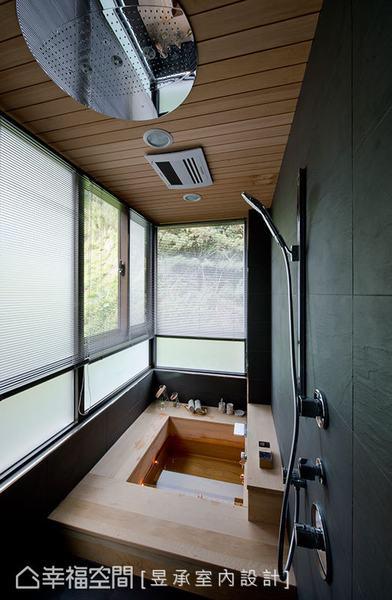 主臥浴室與森林綠意僅一窗之隔,整個天花板及浴缸均以檜木打造,加上進口花灑設備,豪華中巧妙融入大自然。