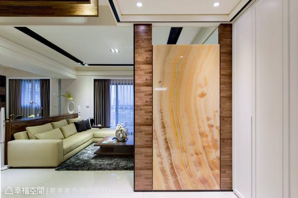 設計師林峰安運用集層木與石材,作為入口處的迎賓意象,打造大器又兼具風水的玄關設計。