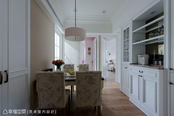 客廳主牆後設置有餐櫃來滿足餐區收納,同時以鏡面鋪設餐櫃底牆來延伸視線。