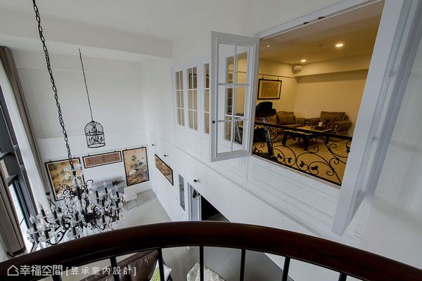 站在書房的古典欄杆觀景台,可與對面視聽室憑欄相望,而遠眺則是一樓東方意境的午茶區。