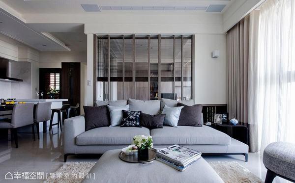 利用木作隔柵、清玻矮牆分界出書房領域,延伸客廳和書房空間視覺感。