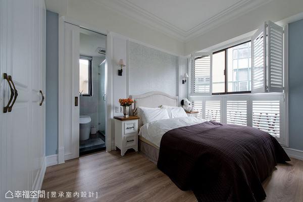 主臥室以線板與不同材質的白來展現豐富設計,同時以上下層木百葉窗來強調自然光感的清麗氛圍。