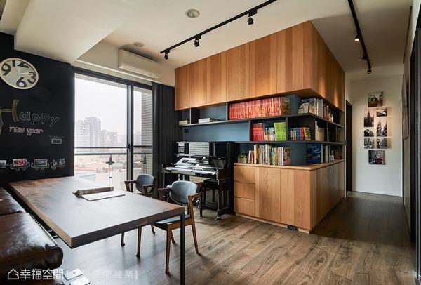 L型立體書牆以木皮做妝點,創造出主牆端景,加入黑色的展示架設計,讓鋼琴能輕易融入造型裡。