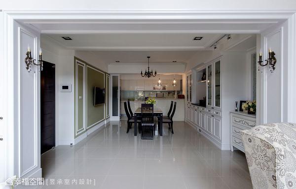 將原廚房門牆拆掉改為中島吧檯廚房,搭配側牆的餐櫃與壁板等裝飾,打造出更開放而符合屋主期待的美式餐飲空間。