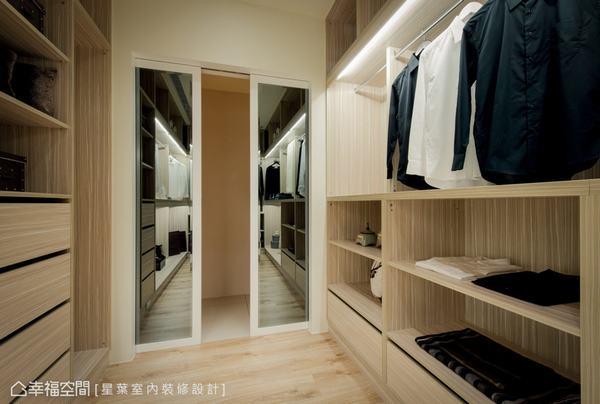 以四片拉門設計,區隔廊道與衣帽間的關係,並於門片上裝置鏡面,可作為內部的穿衣鏡使用。