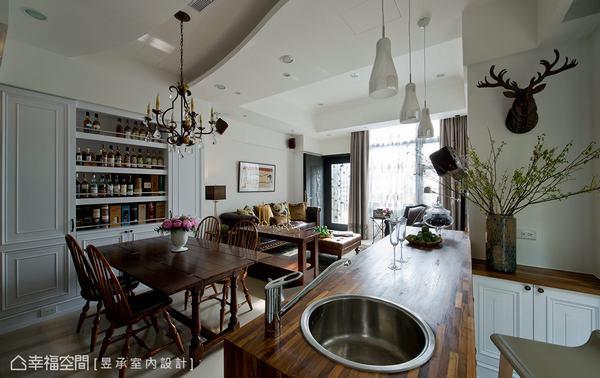 餐桌側邊是特別為從事進口酒商工作的男主人,規劃的威士忌酒藏展示櫃,為屋主與親友間增添品酒聊天話題。