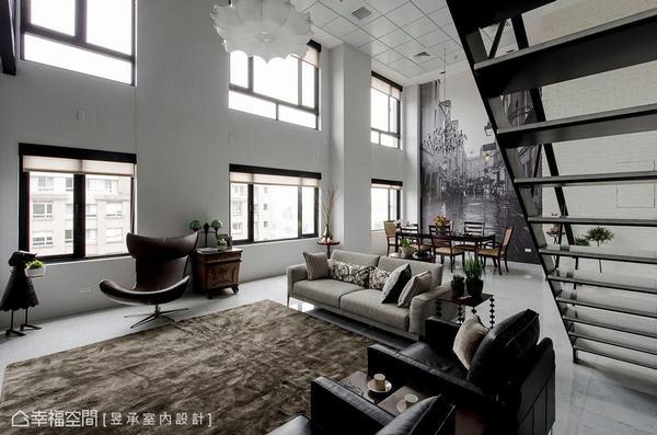 挑高的一樓經整合後,以漆黑窗框、鍛鐵梯與高牆、傢俱、燈飾等形成黑白色調,呈現出簡單、優雅的工業風。