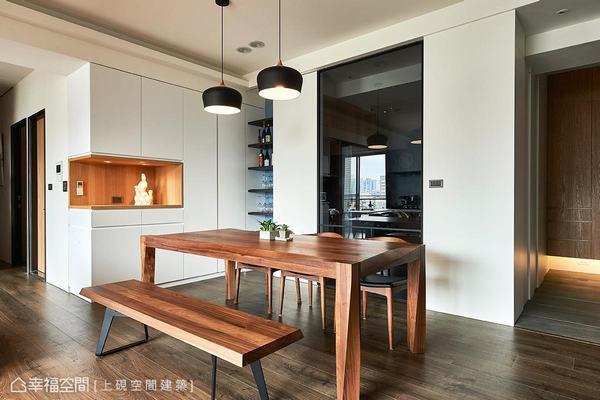 利用黑玻拉門界定出餐廳和廚房,白色造型的櫃體採內凹設計,作為展示屋主收藏的平台外,也蘊含豐富的收納機能。