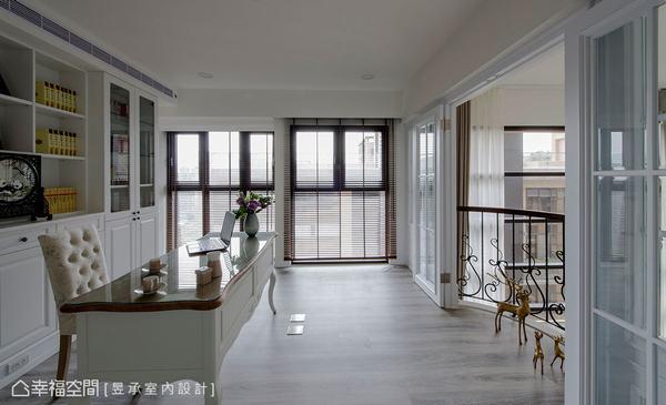 昱承設計選用俐落百葉窗搭配玻璃格子門窗打造二樓書房,塑造窗明几淨的氛圍,而美式書牆與家具則勾勒古典風格。