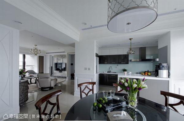 增加一道客廳與廚房之間的隔牆,避免了進門立見廚房的窘境,也讓餐廚動線更加合理流暢,中島吧台更是串起餐廳廚房間的完美互動。