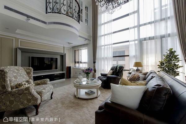 客廳電視牆以壁爐造型為原型,進而轉化為現代感的立體線條,並藉由籐、灰雙色的大地色調來凸顯風格線條,展現理性質感。