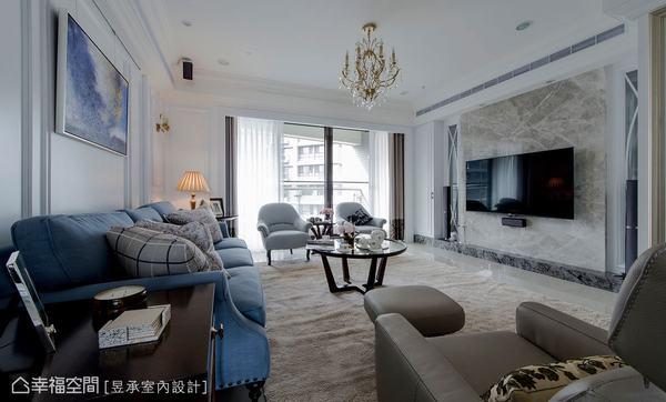 ▲相較於電視主牆,沙發背牆在比例上略顯過長,為增加美式大宅的空間氣勢,電視主牆兩側特別採取鏤空設計,在這個為增加氣勢的大理石主牆上,選用65吋電視會比建議的70吋電視更佳,視覺比例上則更為完美。