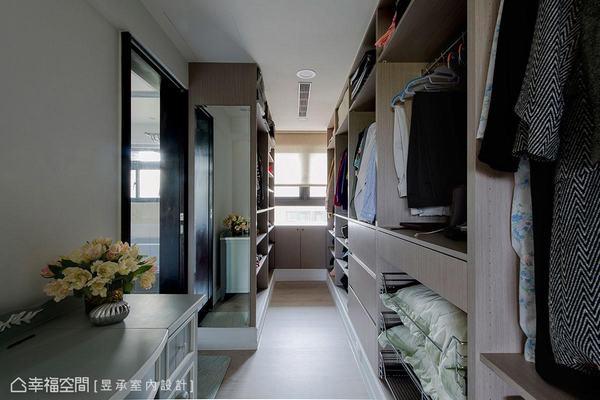 為改善原本小更衣間,將大書房割捨一區改作走道式更衣間,整合出更完善的衛浴動線與收納機能。