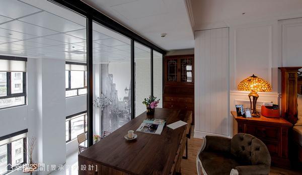 主臥室以美式壁板微調風格來搭配屋主原有的木傢俱,同時也適度地為私密空間增加溫度。