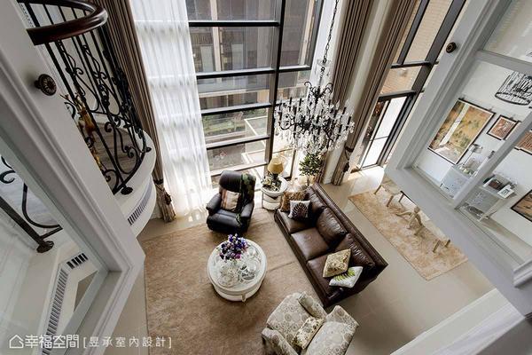 高達六米的高窗搭配弧形欄杆與水晶吊燈,圍塑出現代都會居家中難得的美式古典情境。