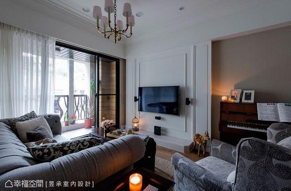 昱承室內設計以精巧影音設備與線板搭配出小而美的電視主牆,並利用藤色牆面鋼琴區延伸客廳場域。