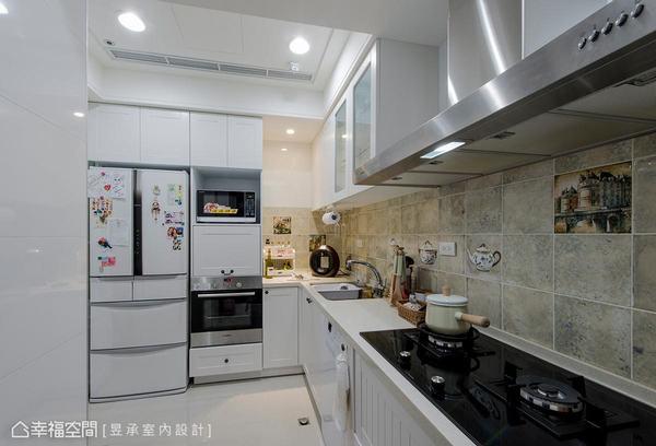 將一字型廚房改為L型後增加了冰箱與電器櫃,同時使用空間也變寬敞,讓女主人超滿意。