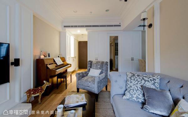 將玄關右側客浴牆加長並增設櫥櫃,外部搭配隱藏式鏡門設計出端景牆,同時成就廊道式美式玄關。