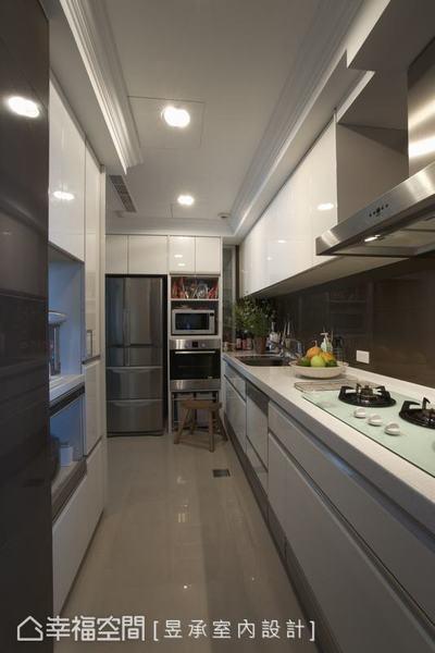 以日本進口廚具為設計基底的廚房,跳脫新古典線條,以現代簡約的風格呈現。