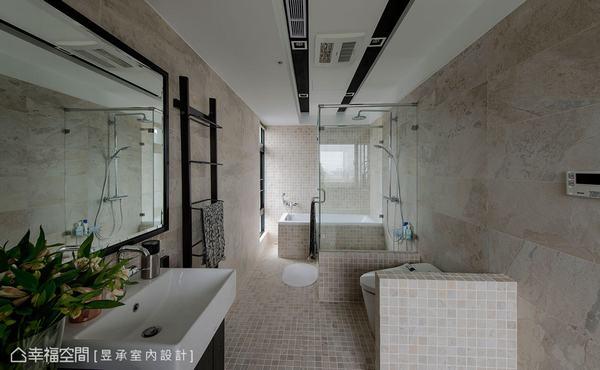 為提升舒適度,將主臥浴室加大設計,透過工業風元素的嵌燈、黑鏡框與米黃瓷磚與石紋磚等配色,成功混搭出獨特風格。