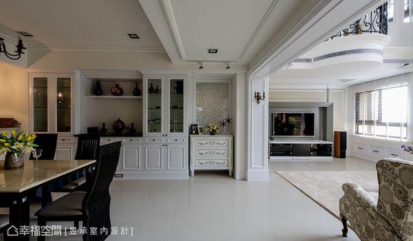 藉由天花板的線板引導與牆景設計,讓一進門的目光即被帶往端景與向光面的挑高客廳。