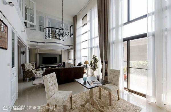 昱承設計將縱身過長的客廳切分為起居區與午茶區,不僅增加更多生活情趣,對於小家庭而言也更顯溫馨與攏聚效果。