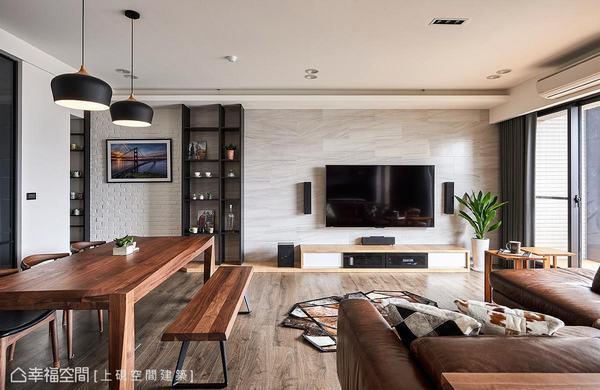 利用仿木紋磁磚延展出灰色調,搭配黑色造型的櫃體,與文化石牆面銜接,形成俐落的對比設計。