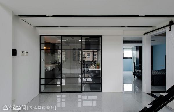 廚房以黑框拉門做區隔,無論開放或關閉使用都具有穿透感,而內部同樣採以黑白配色為主軸。