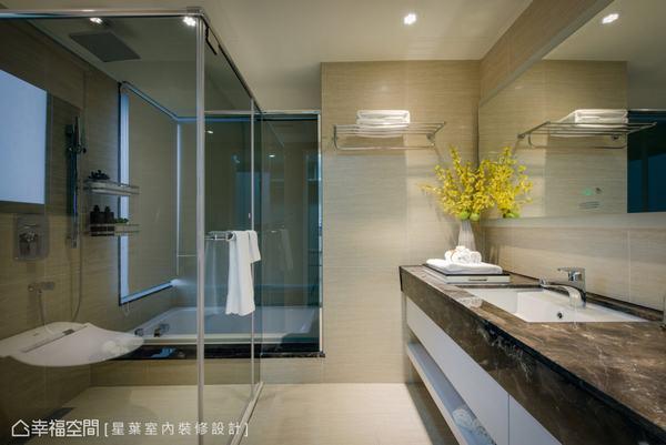 石材砌成的梳理檯面,及乾濕分離的泡澡與淋浴空間,讓人返家時就能感受飯店般的尊貴。