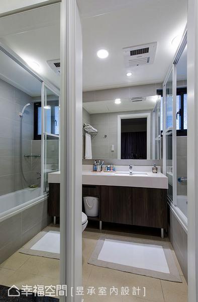 針對屋主的使用習慣,量身規劃浴櫃的收納型式,除呼應空間的整體設計,也滿足了屋主在生活中的收納需求。 針對屋主的使用習慣,量身規劃浴櫃的收納型式,除呼應空間的整體設計,也滿足了屋主在生活中的收納需求。