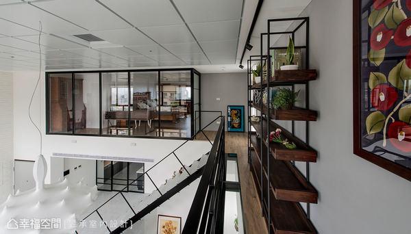 二樓空橋以鐵件與玻璃作結構設計,搭配屋主挑選的鍛鐵木層板架則更添人文美感。