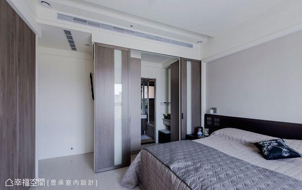 利用嵌入玻璃的橫拉門扇隱藏有通往主衛的入口動線,規劃獨立小巧更衣化妝區,讓女主人擁有專屬空間,提升收納分類的便利性。