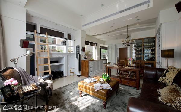 為補足客廳景深而將壁爐向外牆延展以讓出寬鬆的距離,並在上端規畫展示書櫃,搭配爬梯更見人文氣質。