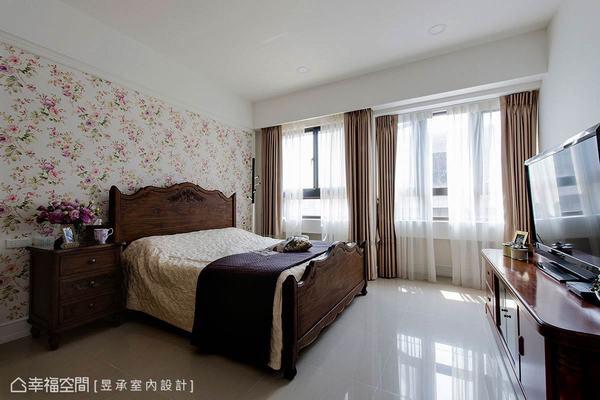 長輩房以花草壁紙搭配深色木質家具做配置,型塑悠閒而紓壓的鄉村風臥室。