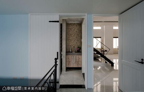 一樓為父母留有房間,為了讓長輩生活更方便,昱承室內設計將客浴改採以雙進式動線,從長輩房與客廳都可輕鬆進出。