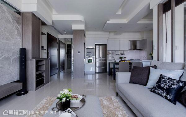 利用雙面櫃創造玄關的轉折動線,同時也擴充出實用又美觀的收納區域。