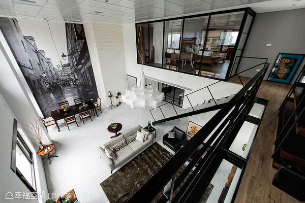 為了凸顯挑高空間的格局特殊性,在二樓規畫有空橋觀景區,體現出向下鳥瞰與遠眺窗景的視點。