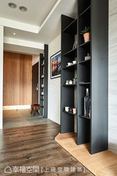 鋪設板岩磚地坪與室內木地板區隔,同時界定出落塵區,利用文化石堆砌出原始意象,細細堆疊空間氛圍。